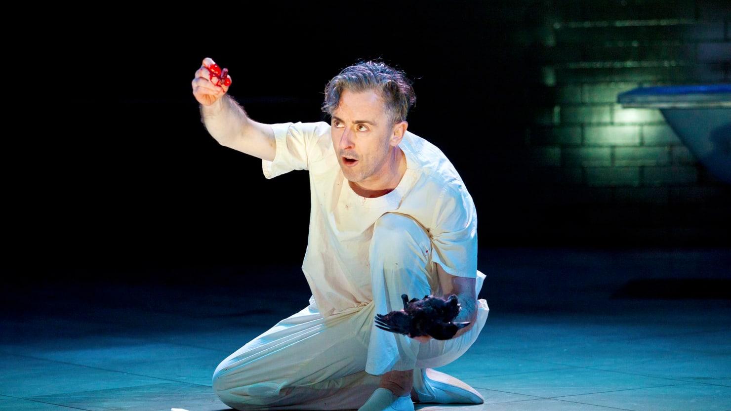 AO lidar com diálogos e ação dramática , leia William Shakespeare, que continua sendo uma das maiores referencias de erudição na redação de textos teatrais.